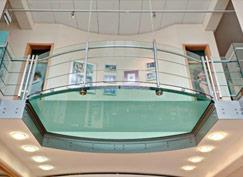 Plancher et escalier en verre
